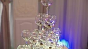 Пирамида стекел вина или шампанского видеоматериал