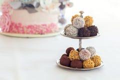 Пирамида шариков шоколада Конфеты шоколада покрытые с замороженностью Стоковые Изображения