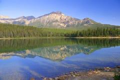 пирамидка озера стоковая фотография rf