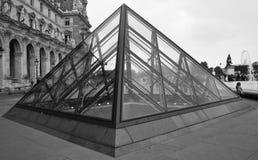 пирамидка paris музея жалюзи Франции стоковая фотография rf