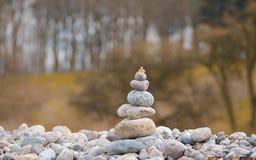 Пирамиды из камней на пляже на острове Борнхольма - Дании Стоковое фото RF