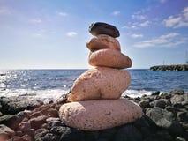 Пирамиды из камней на пляже Стоковые Фото