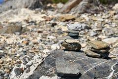 Пирамиды камня на валуне Стоковое Фото