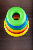 Пирамида игрушки сделанная из пластичных колец Стоковые Фотографии RF