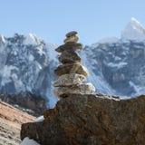 Пирамида из камней горы на трассе базового лагеря Эвереста внутри Стоковое Изображение RF