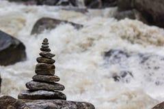 Пирамида из камней на заднем плане завихряясь реки Стоковые Фото