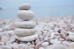 Пирамида из камней на пляже. Каменистое одно Стоковое фото RF