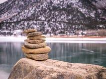 Пирамида из камней утеса в зиме с снегом Стоковая Фотография