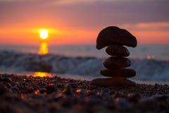 Пирамида из камней утеса на пляже Lake Superior на заходе солнца Стоковые Изображения