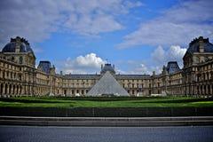 Пирамида и Лувр Стоковые Изображения RF