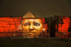 Пирамида и сфинкс Гизы освещают вверх для выставки звука и света, Каира, Египта Стоковые Изображения RF