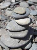 Пирамида камешков на скалистом пляже Стоковое Изображение RF