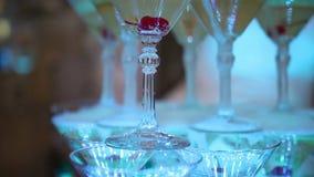 Пирамида рюмок с шампанским сток-видео