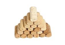 Пирамида сделанная используемых изолированных пробочек вина на белизне Стоковое Изображение RF