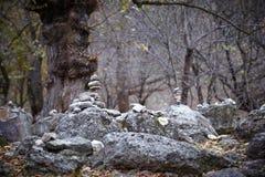 Пирамида утесов в древесине Стоковая Фотография RF