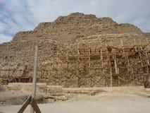 Пирамида шага под ремонтом в Каире Египте Стоковое фото RF
