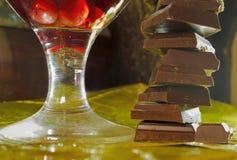 Пирамида шоколадов и стекло вишни wine Стоковые Изображения