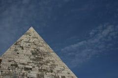 Пирамида Cestia, Рим, Италия стоковая фотография rf