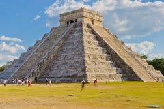 Пирамида El Castillo на археологических раскопках Майя Chichen i Стоковая Фотография