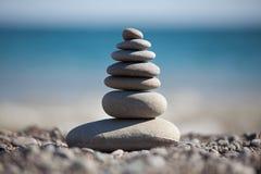 Пирамидка, построенная камушков моря Стоковые Изображения RF