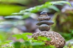 Пирамиды из камней в лесе стоковые изображения