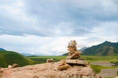 Пирамиды из камней или кучи утеса на верхней части озера горы обозревая в гористых местностях Altai, Сибиря Стоковая Фотография