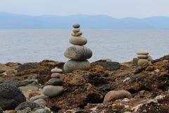 Пирамиды из камней на шотландском побережье стоковая фотография