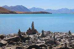 Пирамиды из камней Tekapo озера на церков Стоковое Фото