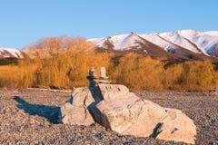 2 пирамиды камней построенных na górze 2 больших утесов Стоковое Фото