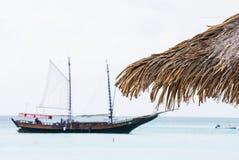 Пиратский корабль в расстоянии стоковые фото