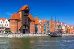 Пиратский корабль и исторический порт вытягивают шею на реке Motlawa Стоковые Фото