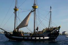 Пиратский корабль на океане стоковая фотография