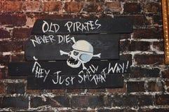 Пират подписывает внутри бар стоковые фотографии rf