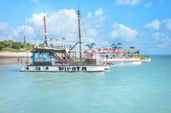 Пират-тематическая шлюпка которая транспортирует туристов на красивом пляже с открытым морем на солнечный день Стоковая Фотография