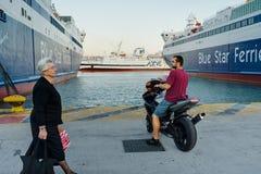 ПИРЕЙ, ГРЕЦИЯ: Порт Пирея обычно покрывает план-графики к самым популярным греческим островам стоковые изображения
