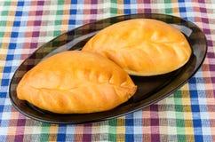 2 пирога в черном стеклянном блюде на скатерти Стоковые Изображения RF