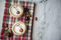 2 пирога bakewell украшенного с вишнями стоковая фотография rf