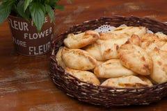 Пироги в плетеной корзине Стоковая Фотография