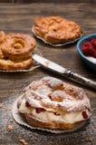 Пироги заваривать с сливк и красными ягодами Стоковая Фотография RF