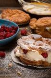 Пироги заваривать с сливк и красными ягодами Стоковое фото RF
