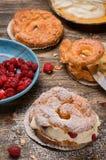 Пироги заваривать с сливк и красными ягодами Стоковое Фото