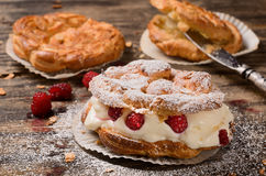 Пироги заваривать с сливк и красными ягодами Стоковые Фотографии RF