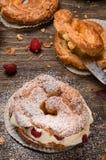 Пироги заваривать с сливк и красными ягодами Стоковые Изображения RF
