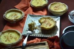 Пироги заварного крема мини взбрызнутые с мускатом Стоковое Фото