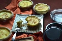 Пироги заварного крема мини взбрызнутые с мускатом Стоковое Изображение