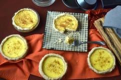 Пироги заварного крема мини взбрызнутые с мускатом Стоковые Изображения