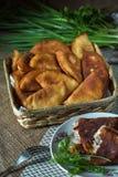 Пироги зажаренные мясом на таблице стоковые изображения rf