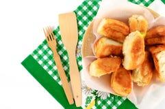 Пироги на плите с полотенцем на белой предпосылке Стоковые Фотографии RF
