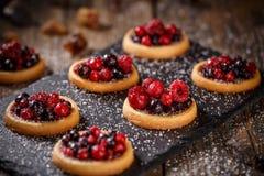 Пироги очень вкусных красных ягод мини стоковая фотография