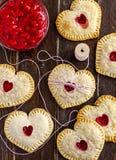 Пироги руки вишни сердца форменные Стоковые Фото